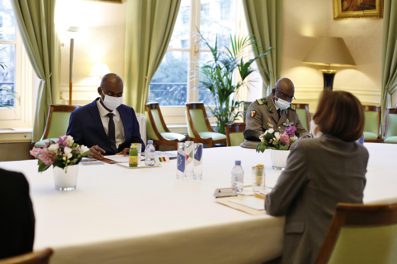 Министр обороны Франции Ф. Парли (справа) не в первый раз встречается с министром обороны Мали С. Камара (слева). На фото: встреча в Париже 27.02.2021