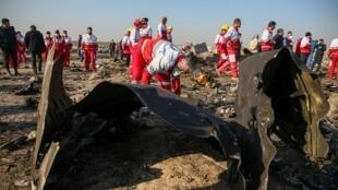 Сотрудники «Красного полумесяца» на месте крушения Boeing 737 в Тегеране, 8 января 2019 года