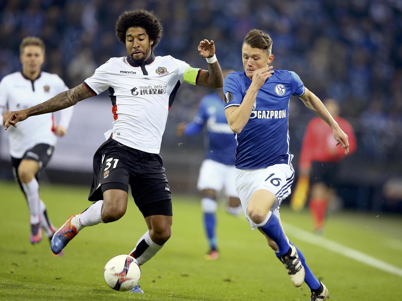 O zagueiro Dante (à esq.), durante jogo do Nice contra o FC Schalke 04, da Alemanha.