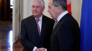 រដ្ឋមន្តីក្រសួងការបរទេសរុស្ស៊ី លោក Sergueï Lavrov ទទួលស្វាគមលោក Rex Tillerson រដ្ឋមន្ត្រីការបរទេសរុស្ស៊ី
