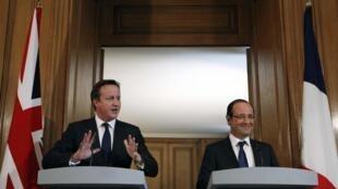 នាយករដ្ឋមន្ត្រីអង់គ្លេស លោក David Cameron (ឆ្វេង) និងប្រធានាធិបតីបារាំង លោក François Hollande