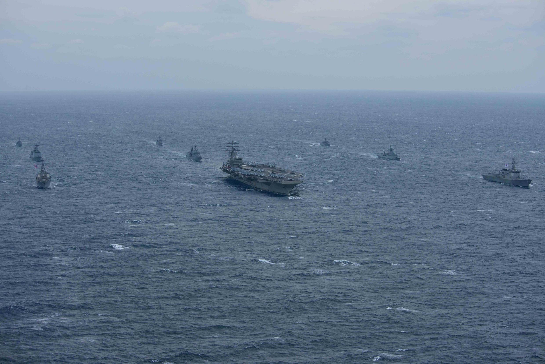 Tầu sân bay USS Ronald Reagan và khu trục hạm USS Stethemare tập trận cùng với chiến hạm Hải Quân Hàn Quốc tại vùng biển phía đông bán đảo Triều Tiên, ngày 18/10/2017.