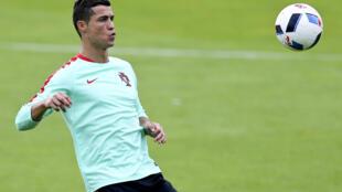 Mshambuliaji wa timu ya taifa ya Ureno, Cristiano Ronaldo, akijaribu kumiliki mpira kifuano wakati wa mazoezi ya timu yake.