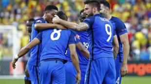 Jogadores da seleção francesa celebram um dos gols contra a Romênia na abertura da Eurocopa.