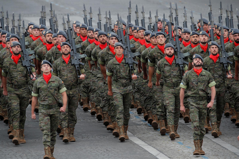 Испанские солдаты маршируют по Елисейским полям