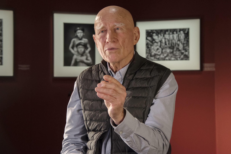 Le photographe brésilien Sebastião Salgado lors de son exposition « Amazonia » à la Philharmonie de Paris en 2021.