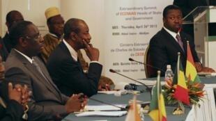 Taron Wakilan kasashen ECOWAS a lokacin da suke  tattaunawa akan Guinée-Bissau da  Mali Abidjan, le 26 avril 2012.