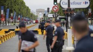 Đại lộ Champs Elysees sau sự cố một người lái xe vượt rào cản của cảnh sát , sáng ngày 26/07/2015, trước khi Vòng đua nước Pháp về đến Paris.