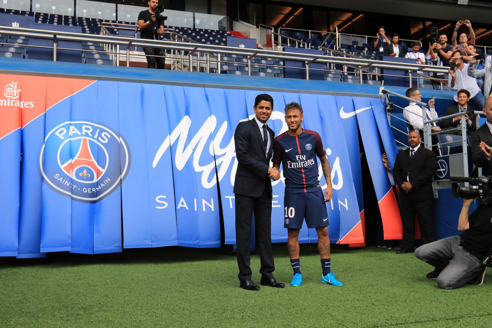 Neymar cumprimentando em Paris o patrão do PSG a 4 de Agosto de 2017.
