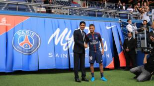 Neymar, novo reforço do PSG, cumprimentando o respectivo presidente em Paris a 4 de Agosto de 2018.