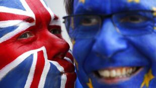 2020-12-24 brexit uk eu united kingdom european union face paint kiss