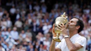Suíço Roger Federer beija o troféu após vencer a final em Wimbledon contra o croata Marin Cilic, em 16 de julho de 2017