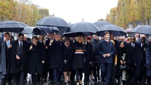 70多国国家元首和政府总理11月11日冒雨从香榭丽舍大道走向凯旋门,出席一战停战百战纪念仪式。