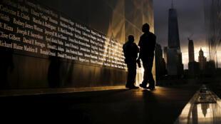 Ler Mémorial du 11-Septembre construit à Ground Zero, à l'endroit où les tours jumelles se sont effrondrées, en mémoire de toutes les victimes des attentats du 11 septembre 2001.