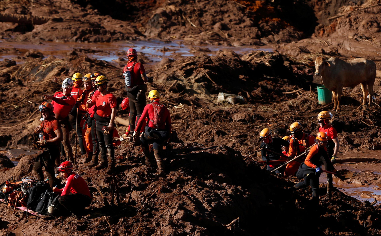 Socorristas procuram vítimas na lama após desastre em mina do Feijão, da Vale, em Brumadinho (28/01/2019).