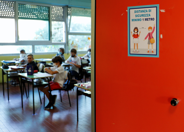 Học sinh Ý trở lại trường lớp lần đầu tiên từ tháng Ba đến nay, với yêu cầu tôn trọng khoảng cách an toàn được nêu bật. Ảnh chụp ngày 14/09/2020 tại Roma (Ý).