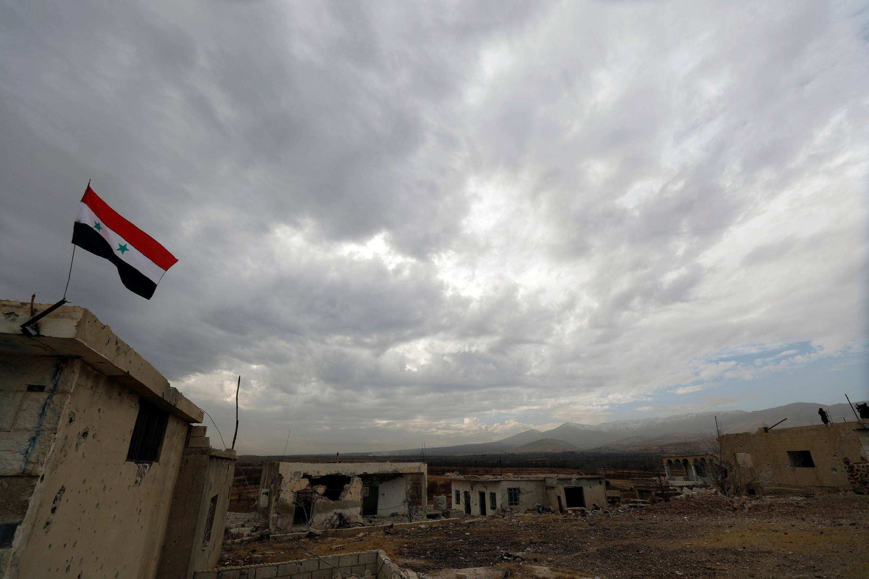 Um comunicado das Forças Armadas sírias menciona três ataques noturnos e afirma que um avião israelense foi atingido por disparos da defesa antiaérea síria.