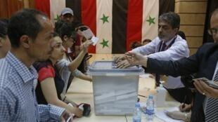 Pour la première fois depuis le début de la guerre en Syrie, le pouvoir a organisé ce mercredi une élection présidentielle dans laquelle le président sortant Bachar el-Assad est donné favori en l'absence de rivaux sérieux.  Mais en comptant les 5 millions de réfugiés syriens en Turquie et au Liban, seule la moitié des 18 millions d'électeurs avaient la possibilité de participer à cette présidentielle.