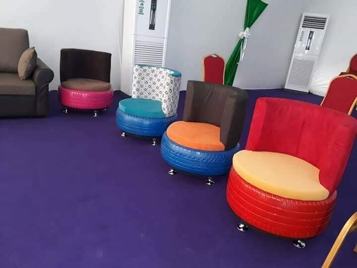 Des fauteuils en pneu.