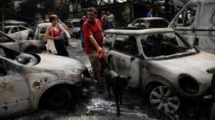 Les voitures de la localité de Mati, calcinées après les incendies.