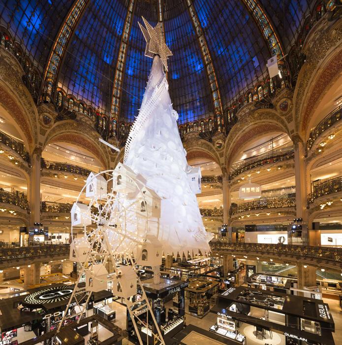 Новогодняя елка в парижском универсаме Галери Лафайет в этом году выглядит скромно