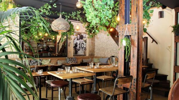 Bares e restaurantes com temática brasileira ajudam a promover a cachaça entre os franceses.