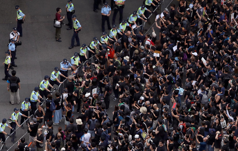 Người biểu tình Hồng Kông chống dự luật dẫn độ sang Trung Quốc đối mặt với cảnh sát, 16/06/2019.