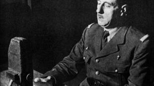 Le Général Charles de Gaulle, lors de l'enregistrement de son «appel», depuis les studios de la BBC à Londres, le 18 juin 1940.