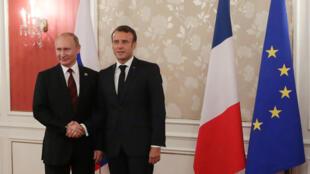 Владимир Путин и Эмманюэль Макрон на саммите G20 в Осаке