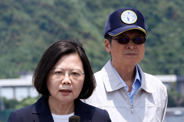 Ảnh minh họa : Tổng thống Đài Loan, bà Thái Anh Văn và bộ trưởng Quốc Phòng Nghiêm Đức Pháp (Yen Teh-fa) quan sát cuộc tập trận gần căn cứ hải quân gần Nghi Lan (Yilan), ngày 13/04/2018.