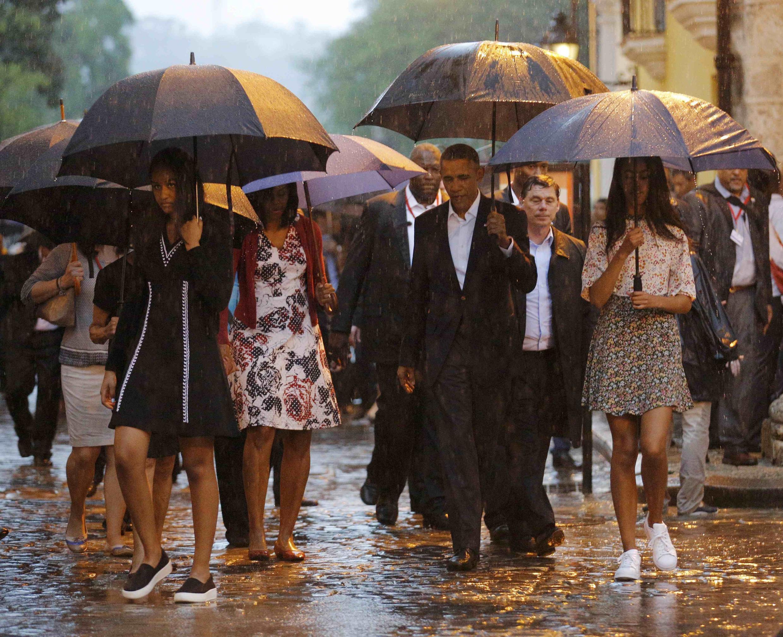 O presidente Barack Obama visita a cidade velha em Havana com sua família neste domingo.