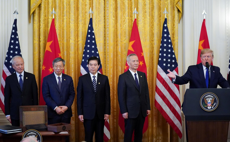 """中國副總理劉鶴與美國總統特朗普 Chinese Vice Premier Liu He and his team listen to U.S. President Donald Trump as he speaks at the start of a signing ceremony for """"phase one"""" of the U.S.-China trade agreement in Washington, U.S., January 15, 2020."""