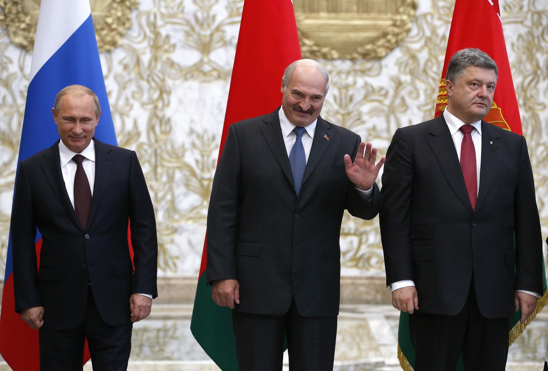 Từ trái sang phải : tổng thống Nga Putin, tổng thống Belarus Loukachenko, và tổng thống Ukraina Petro Porochenko. Ảnh chụp nhân Thượng đỉnh Liên Minh Thuế quan, 26/08, trước  cuộc gặp Putin-Poroshenk,.