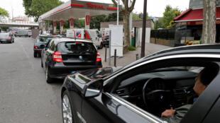 Người đi xe xếp hàng chờ đổ xăng tại một cây xăng tại Pháp