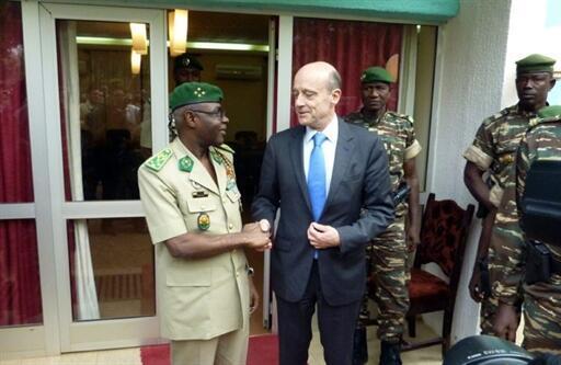 O ministro da Defesa, Alain Juppé e o presidente do Níger, Salou Djibo em Niamey.
