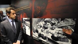 Le président français, Nicolas Sarkozy, lors de sa visite au mémorial du génocide rwandais, à Kigali, le 25 février 2010.