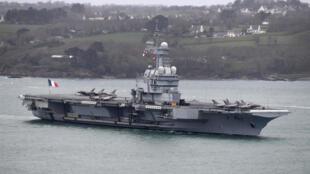 El portaaviones francés Charles de Gaulle llega al puerto de Brest, el 13 de marzo de 2020 al oeste de Francia