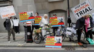 Partidarios de Julian Assange delante del tribunal, este 7 de septiembre de 2020 en Londres.