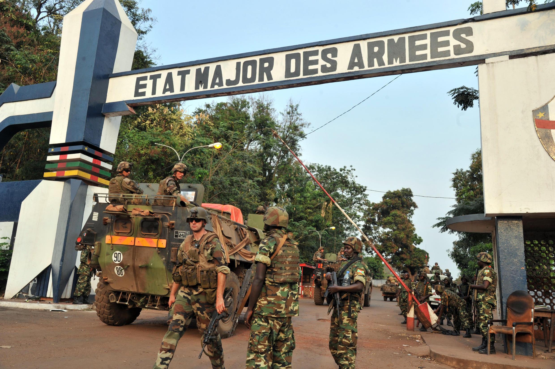 Французские солдаты и солдаты Международной миссии под африканским руководством по поддержке в ЦАР (MISCA) в Банги