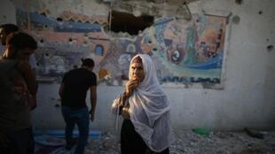 raia wa palestina wakiwa katika mjo ya madarasa ya shule ya Umoja wa Mataifa UNRWA katika kijiji cha Jabaliya, liliyoshambuliwa usiku wa Julai 29 kuamkia 30 mwaka 2014..
