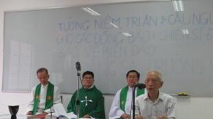 Buổi lễ đơn sơ tưởng niệm các tử sĩ Hoàng Sa - Trường Sa tại Câu lạc bộ Phaolô Nguyễn Văn Bình, Saigon ngày 18/01/2014.