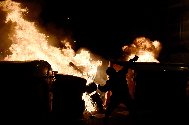 Уже почти неделю на улицах испанских городов горят мусорные баки и сооружаются баррикады