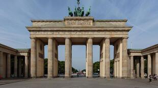La fondation gère le champ de blocs de béton érigé aux environs de la Porte de Brandebourg (sur le photo) au cœur de Berlin.