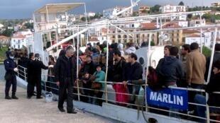 Un bateau transportant près de 90 migrants rescapés d'un naufrage, dans le port de Pylos, le 26 décembre 2013.
