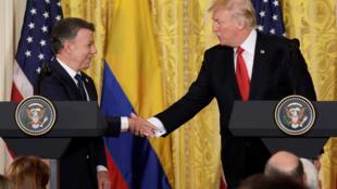 Apretón de manos entre el presidente de Estados Unidos Donald Trump y su par colombiano Juan Manuel Santos, en Washington este 18 de Mayo de 2017