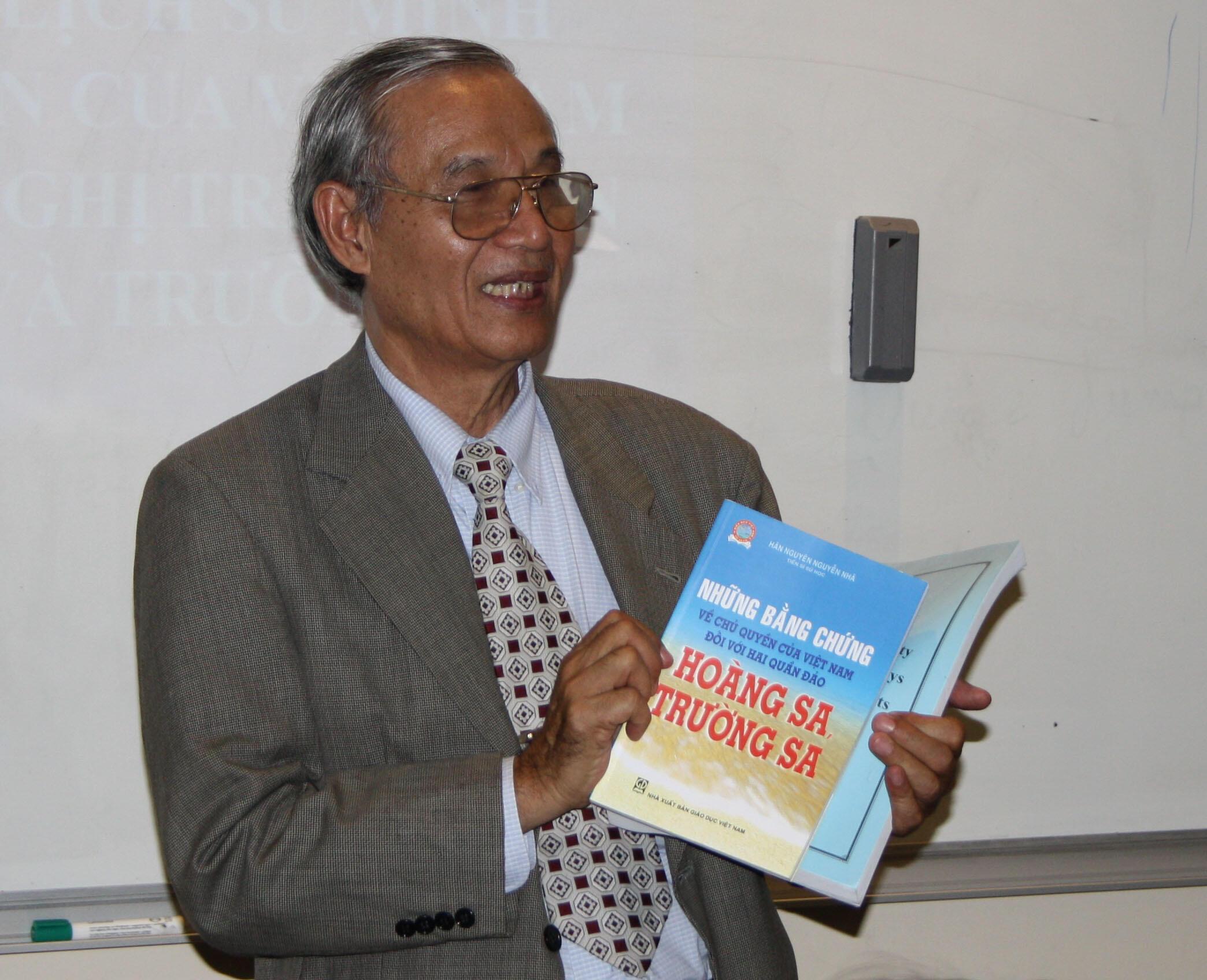 TS Nguyễn Nhã nói chuyện về chủ quyền HS-TS với người Việt tại Paris ngày 03/09/2013.