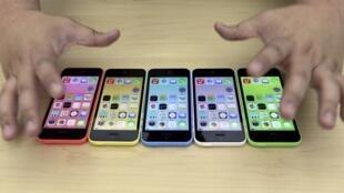 Os novos modelos de  iPhone 5S e 5C fabricados pela Apple.