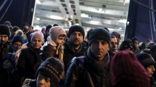 Des réfugiés et migrants à bord d'un ferry dans le port de Pirée, près d'Athènes, le 27 janvier 2016.
