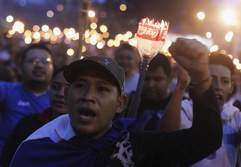 Unos 8 000 hondureños desfilaron este 5 de junio en las calles  de Tegucigalpa, para exigir la renuncia de Juan Orlando Hernández. REUTERS/Jorge Cabrera