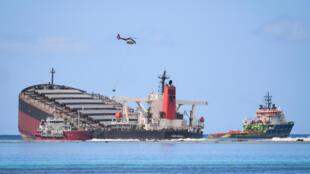 MV Wakashio, Petroleiro naufragado no oeste de Maurícias vazou óleo propício a catástrofe ecológica